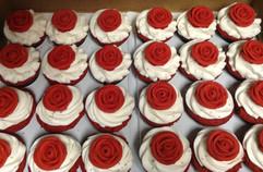 Cupcakes_red_roses.jpg