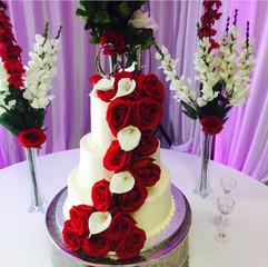Wedding_Cake_white_red_roses_topper.jpg