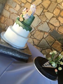 Wedding_Cake_pastel_rustic_grooms_tuxedo