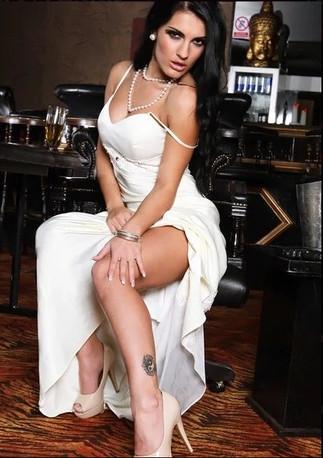 Brunette Escort Girl Reina