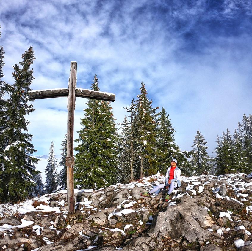 Am Gipfelkreuz des Pendling