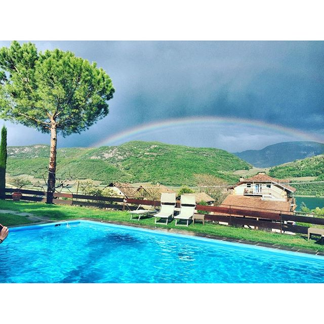 What a awesome #rainbow...After the rain comes the #sun in #Caldaro #Southtyrol .....☀️☀️☀️..😁😁😁.. #HausamHang #AlpecinAllstars...