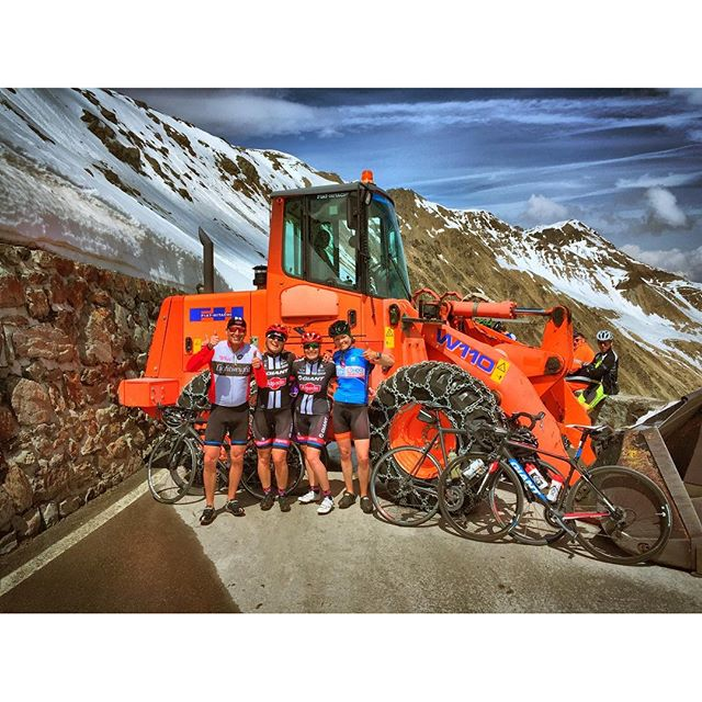 Nothing can stop us..not even the snow clearing machine..💪🏻💪🏻💪🏻..☀️☀️☀️....🙆👏🏻💪🏻🚴🏻.