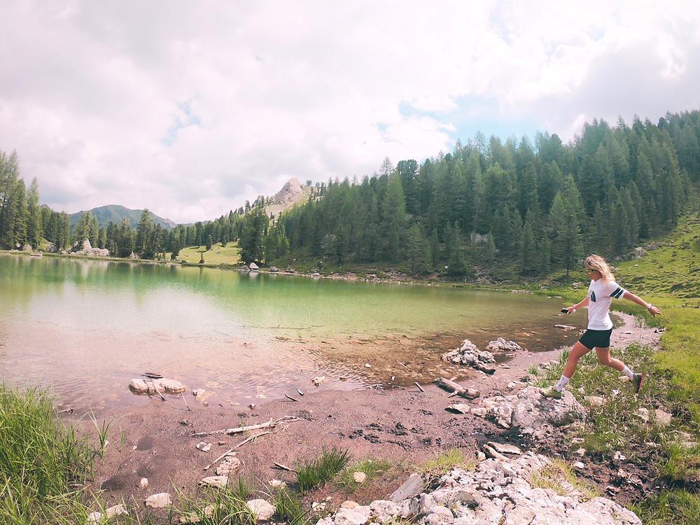 Wanderung zu einem Bergsee im Val di Fassa