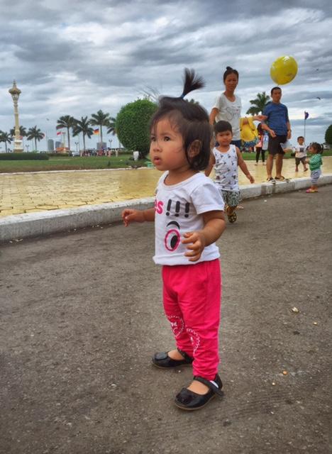 Kleines Mädchen vor dem Palast