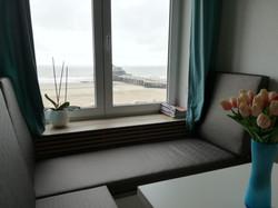 Relax bank met zicht op pier en zee