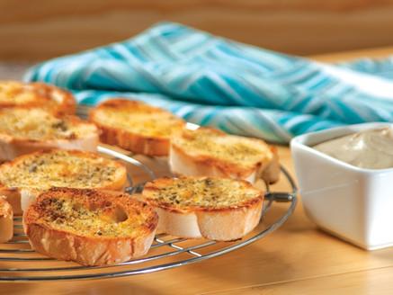 Crostinis dorados con sal marina y crema de berenjena