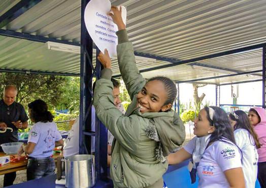 jovem em trabalho voluntario no Lar Abrigo Amor a Jesus