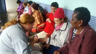 trabalho voluntario no Lar Abrigo Amor a Jesus pintando unha vovós