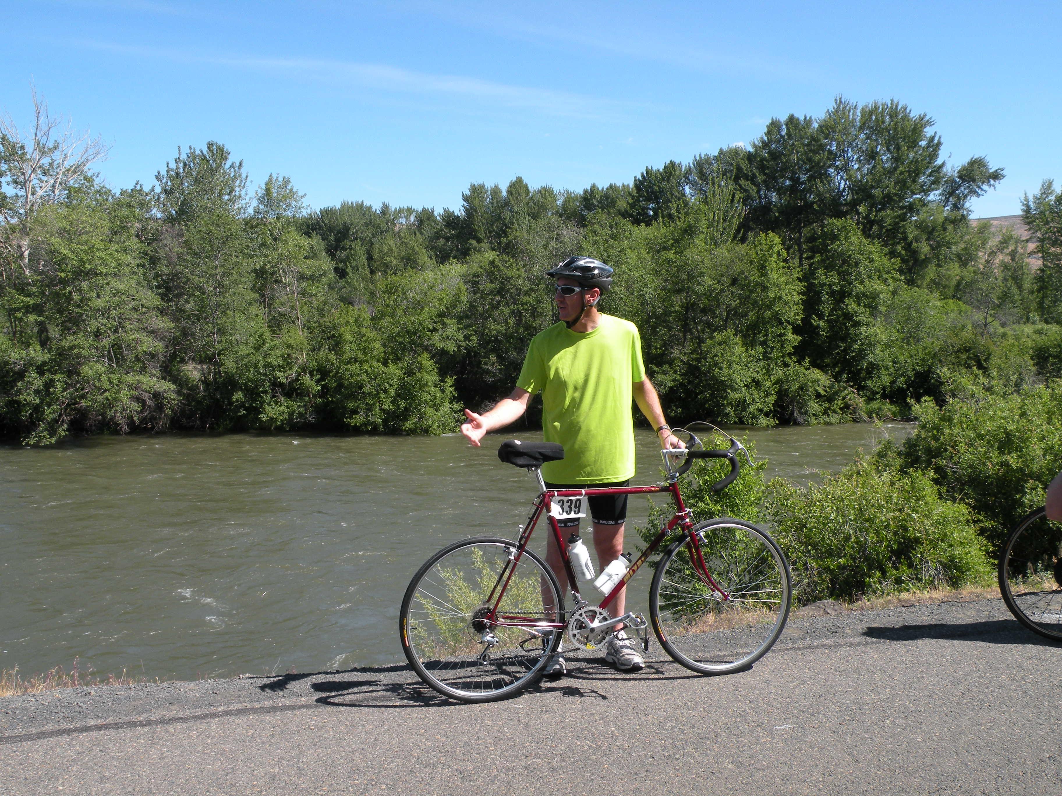 Rainier cyclist waiting for roller blader.jpg