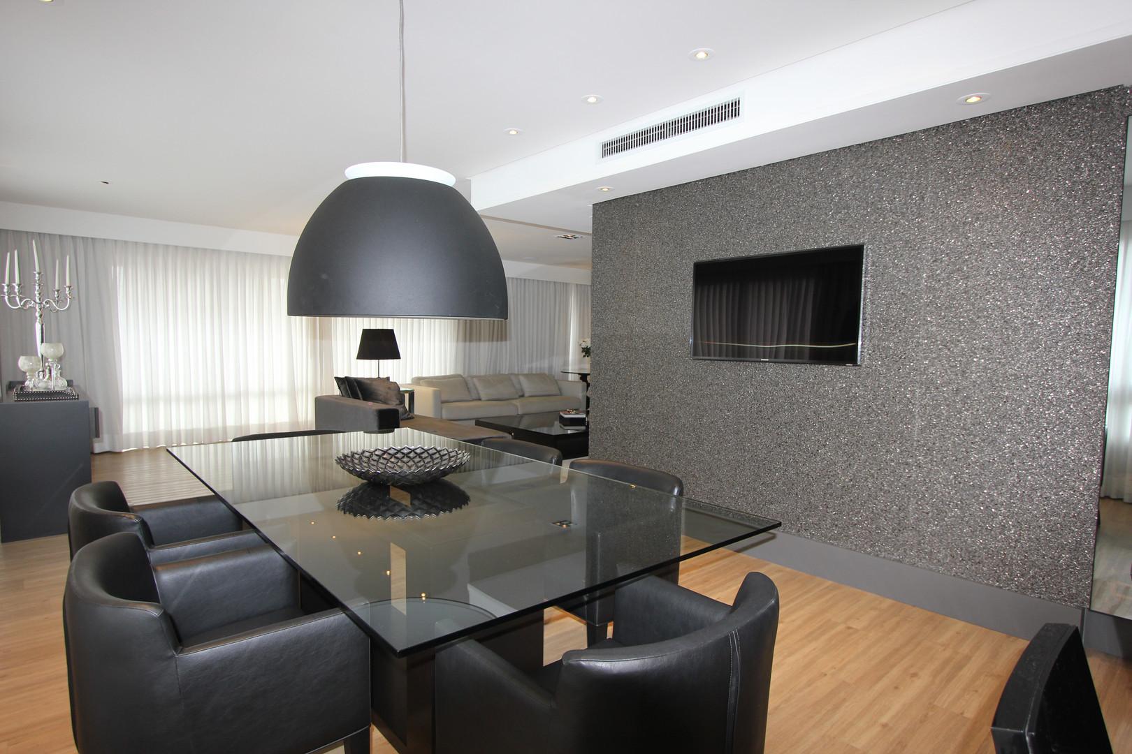 A monocromia dos materiais nesse Living,  confere ao ambiente sofisticação,  aliado ao uso de peças de design.