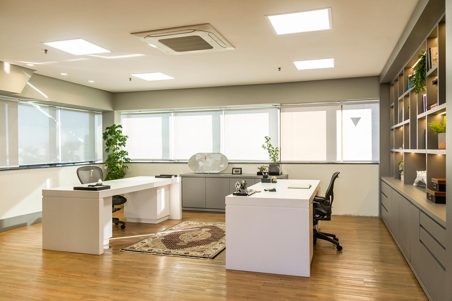A escolha dos revestimentos do piso, dos móveis e das   cores trouxe unidade  aos espaços.
