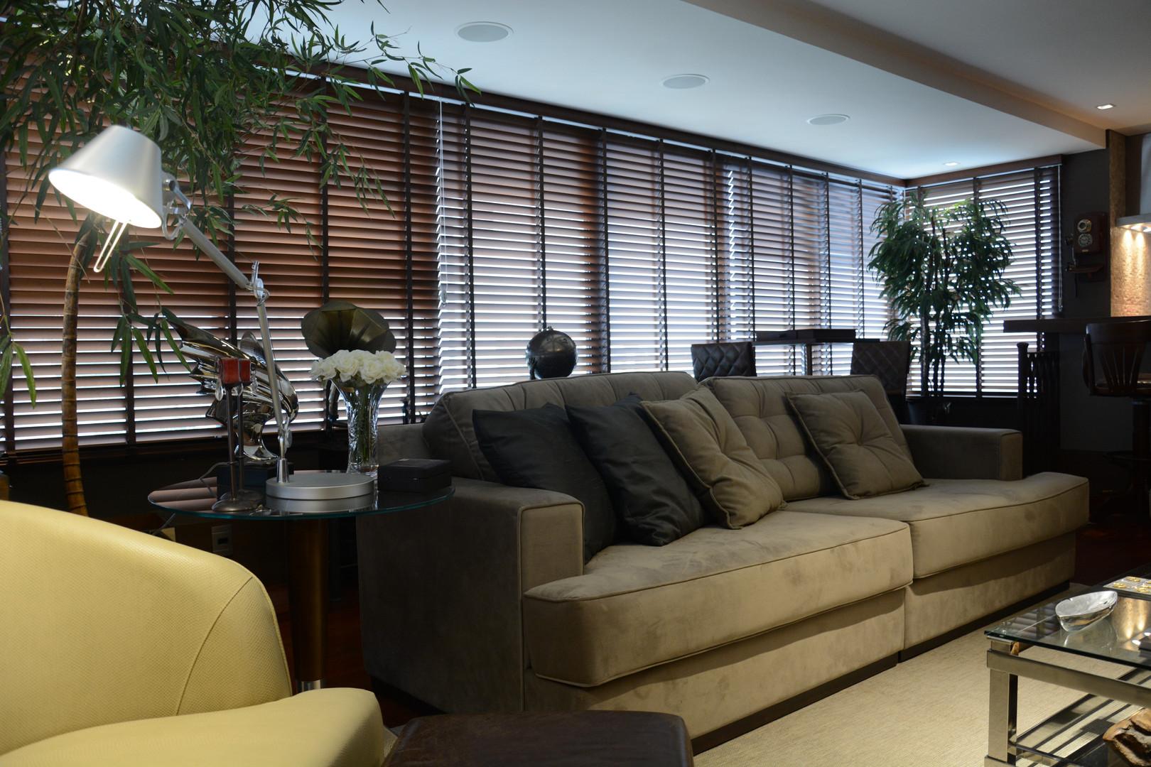 A persiana  horizontal de madeira é versátil no controle da luz e imprime um sinal de exclusividade ao ambiente.