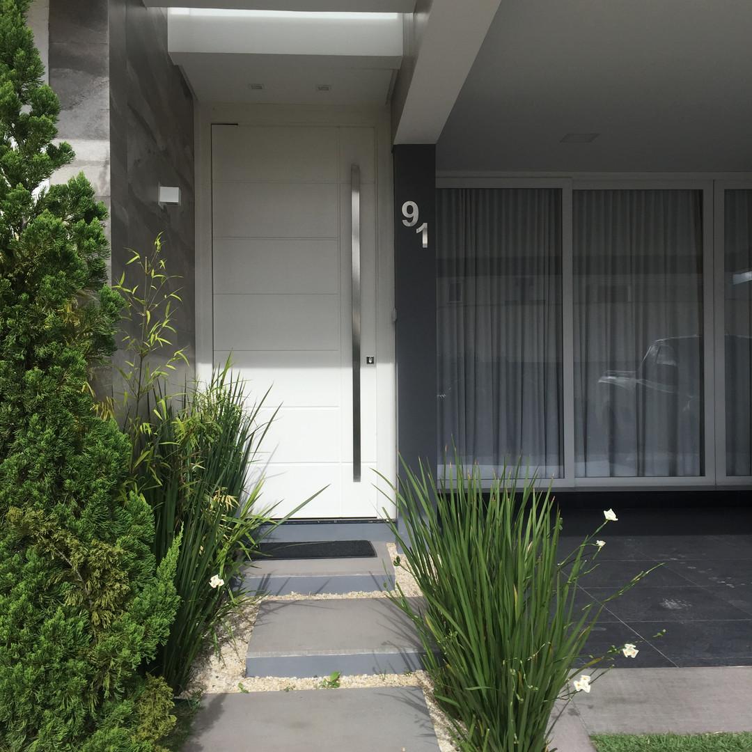 Residência no bairro Ecoville, estudo volumétrico da fachada trouxe  iluminação, movimento, e beleza.