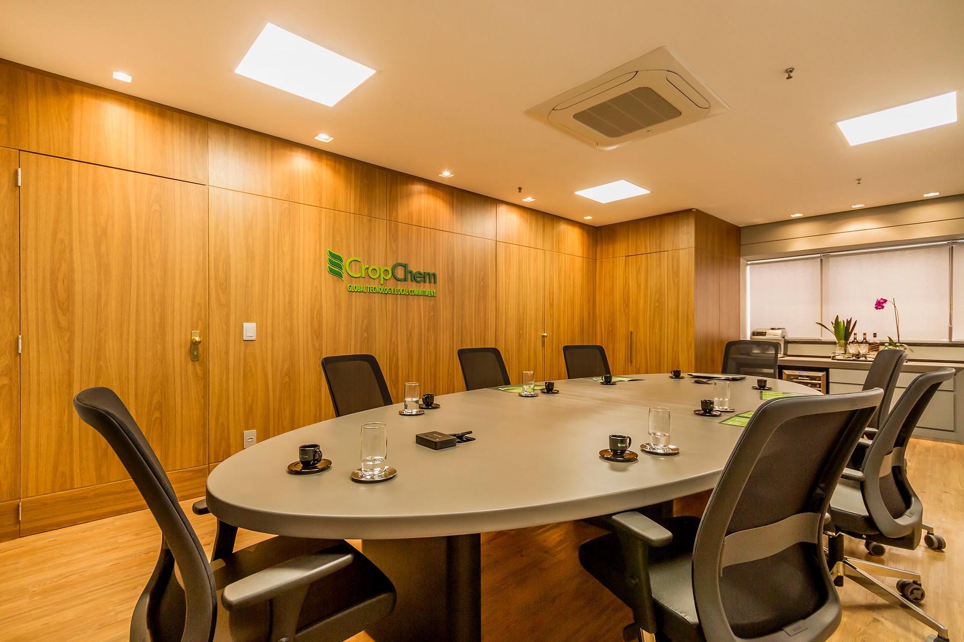 Sala de reuniões com mesa elíptica, que  melhora a circulação  e confere conforto aos usuários.