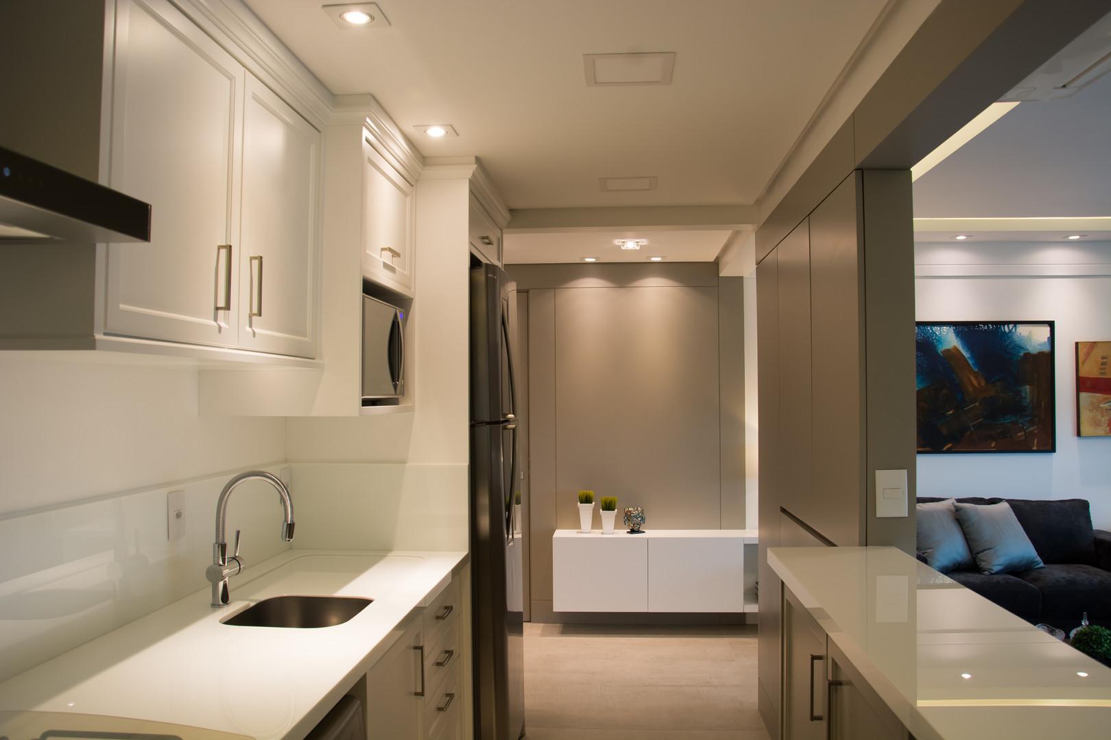 Mobiliário personalizado, em fórmica líquida  com uso de  molduras  clássicas nas portas e gavetas, trazem requinte a cozinha.