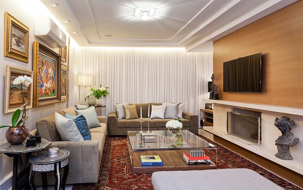 O  grande acervo de obras de arte  foi  o ponto de partida para  projetarmos ,o mobiliario, o forro e a iluminação deste living