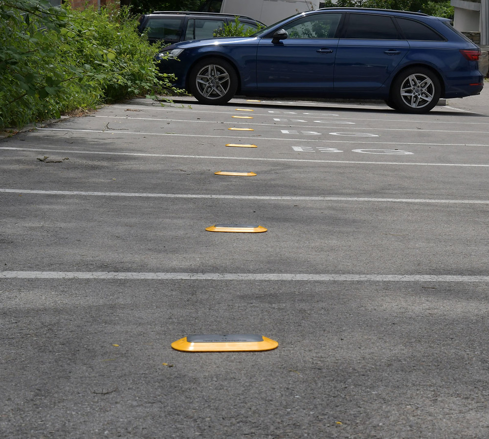 Digitala parkeringssensorer monterade i marken