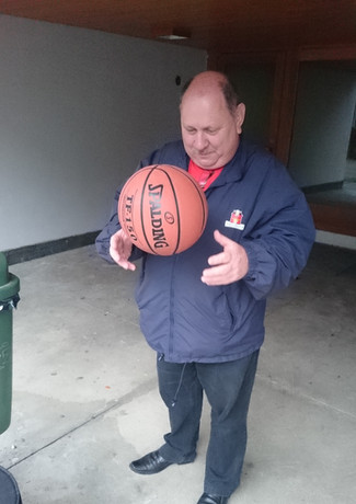 Michel fait du basketball
