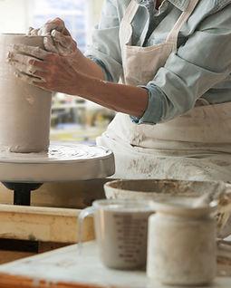 Wokring sur une roue de poterie