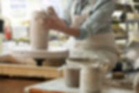 Handbuilding a ceramics vase in the pottery studio - vase en ceramique fait-main
