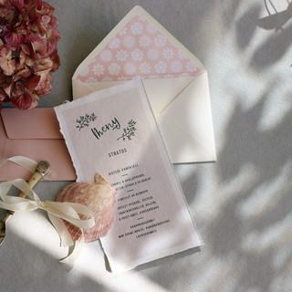 Dette er en meny med et skriftsnitt som er brukt gjennomgående på et stort bryllup for alle trykksaker. Konvolutten er foret. Foring i konvolutter kan tilpasses hvert enkel bryllupsprofil som et tilleggsprodukt.