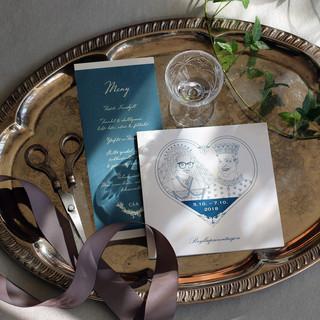 """Noen par ønsker seg noe helt personlig til sitt bryllup. Disse ønsket seg en karikaturtegning av seg selv, tegnet som et """"eventyr-brudepar""""."""