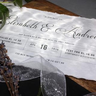 En bryllupsinvitasjon med romantisk skriveskrift på brudeparets navn, i kontrast til klassisk rent oppsett for info.