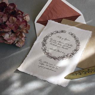 En eikenøttkrans symboliserer noe bestandig og er et vakkert symbol å bruke i en bryllupsinvitasjon.