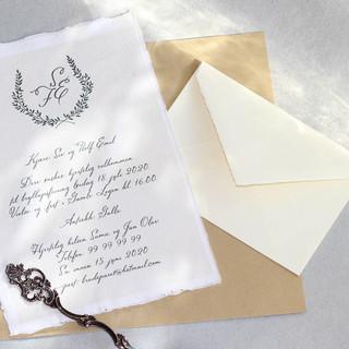 Brudekrans i bryllupsmonogram for invitasjon til bryllup i Gamle Logen.