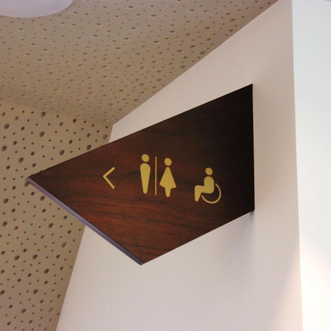 Veggmontert toalettskilt