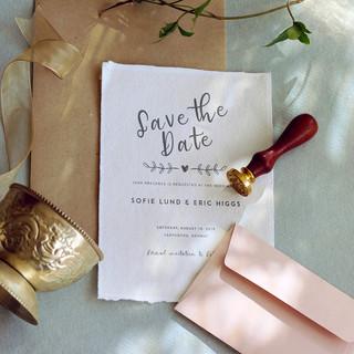 """Save the date signatur i en leken håndskrift og enkelt oppsett. Designet kan """"jazzes opp"""" med farget konvolutt og lakksegl om noen ønsker litt mer festivitas."""