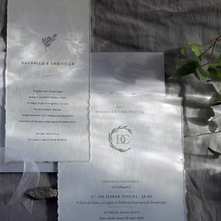 To eksempler på klassisk og luftig design med et illustrasjonselement som gjentas på samtlige brylupstrykksaker