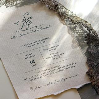 Bryllupsinvitasjon trykt digitalt på håndlaget papir med revet kant.