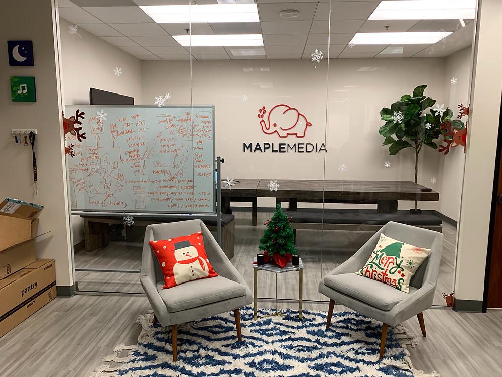 Bureau de Los Angeles décoré pour les fêtes de Noël.