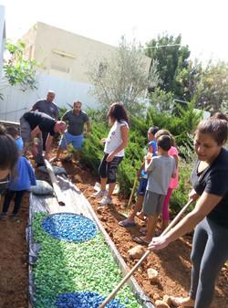 הורים וילדים בונים גינת ירקות בעבדון
