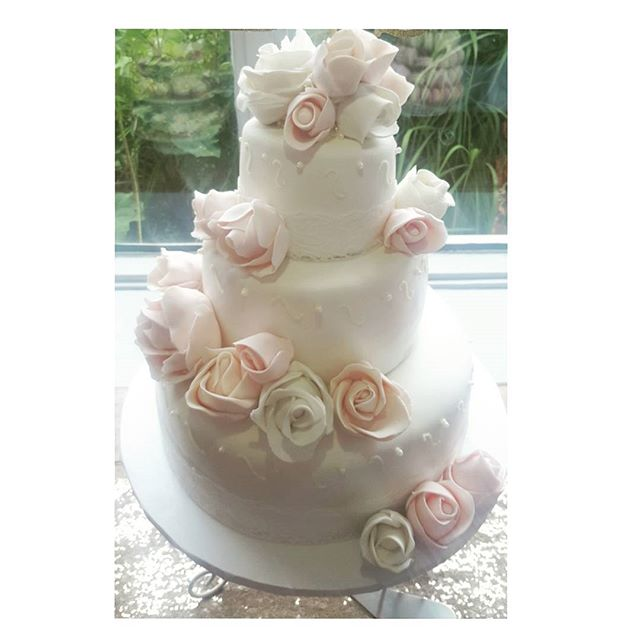 Auguri Sarah & David__#mtl #barabeurre #jaimebutter #weddingseason #wedding #cake #montrealcatering