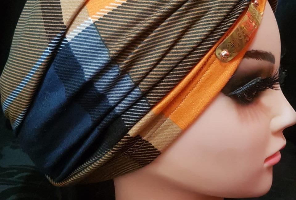 Turbante montado. Xadrez azul e laranja