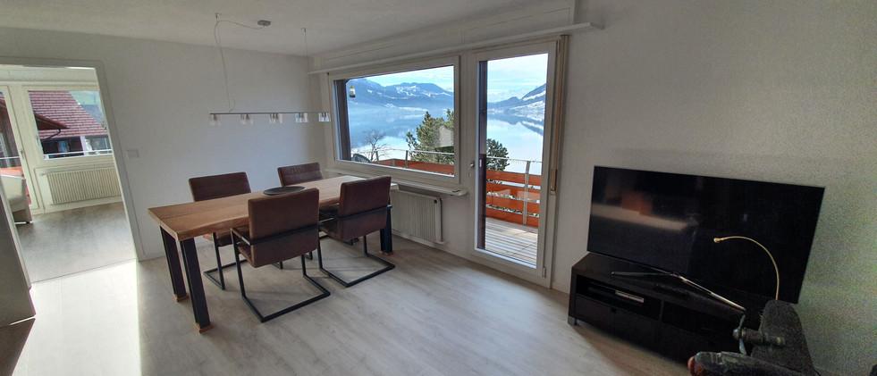 Wohnzimmer mit Esstisch und TV