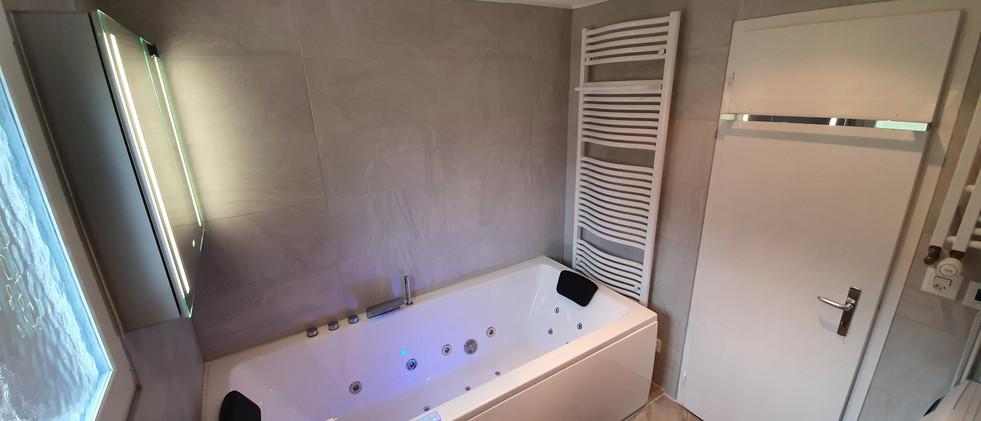 Wellness Badezimmer mit Whirlpool