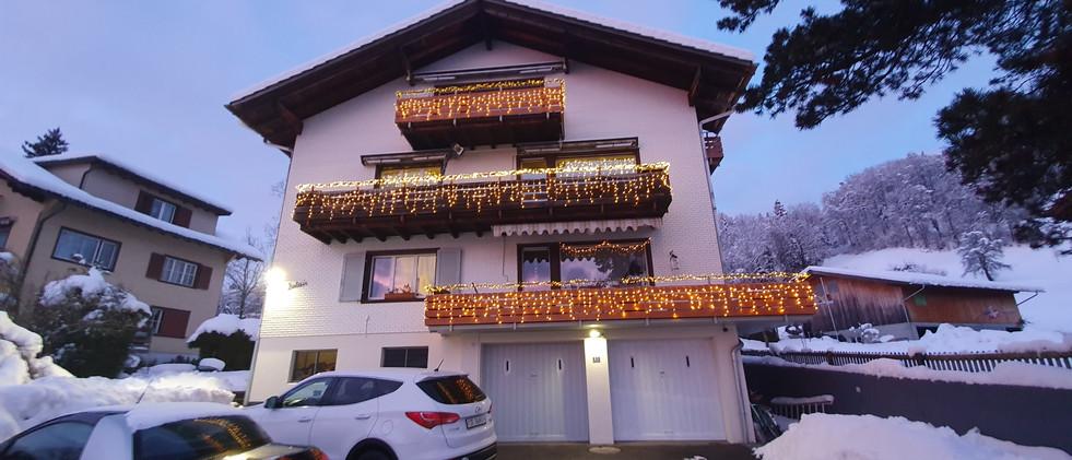 Hausfront mit Weihnachtsbeleuchtung
