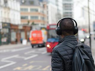 Naujas priešas eismo saugumui – vairuotojai ir pėstieji su ausinėmis