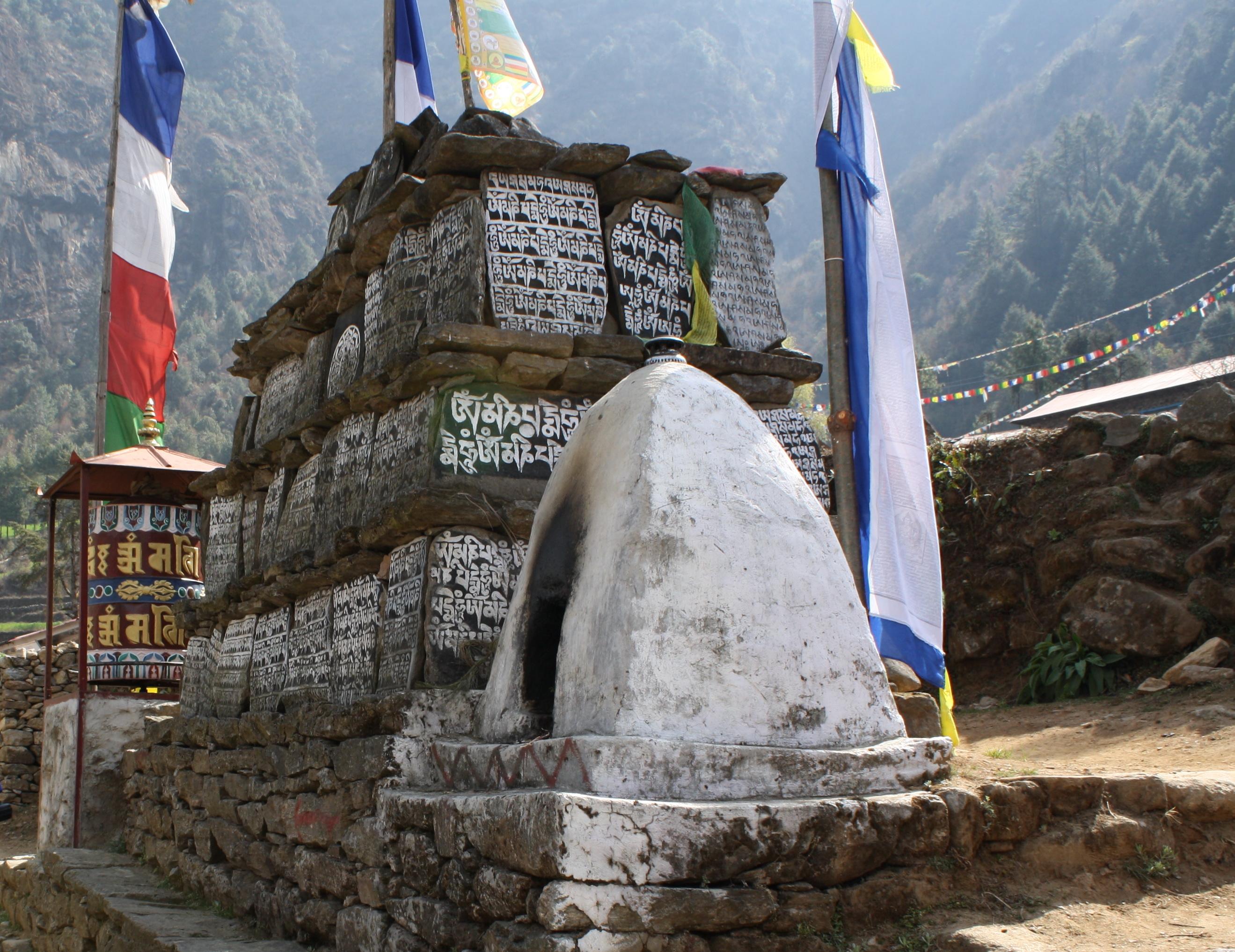 Mani_Stone_near_Phakding_-_Nepal_(6)