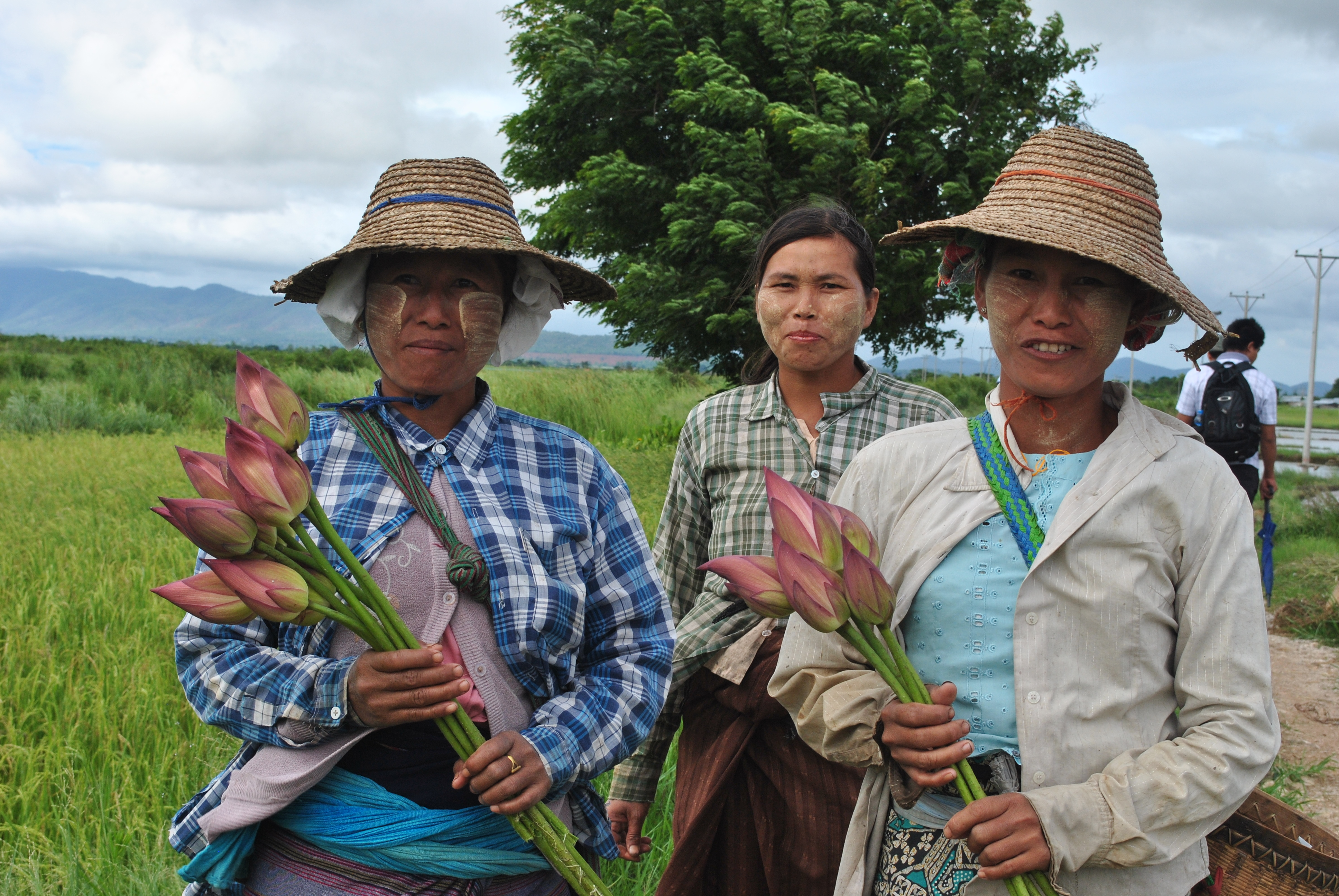 Shan villagers near Loikaw after work2[1]