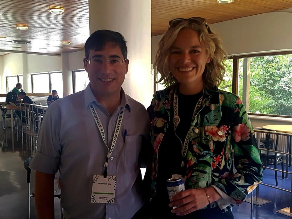 """ויקימנטור עם מנכ""""לית ויקיפדיה העולמית קטרין מאהר בכנס הוויקיפדים הבינלאומי, שטוקהולם 2019."""