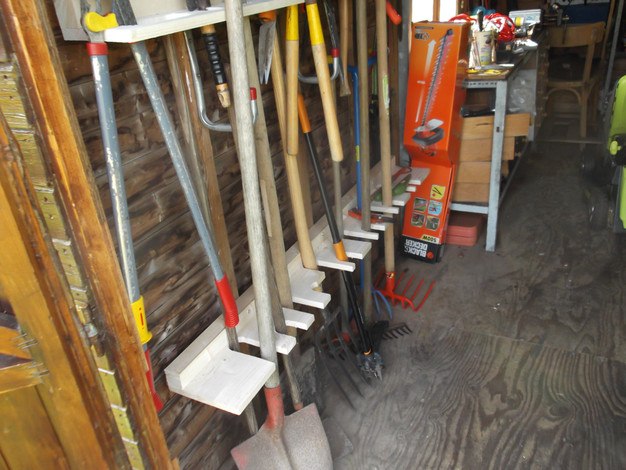 le rangement des outils de jardin menuiserie. Black Bedroom Furniture Sets. Home Design Ideas