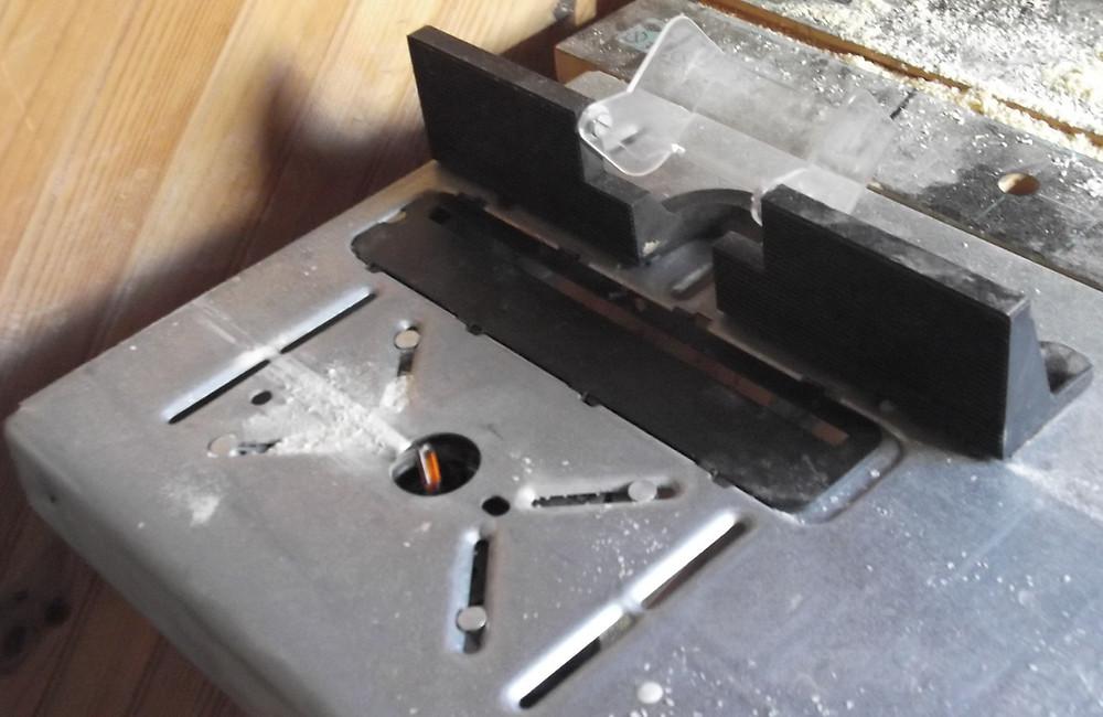 Table d'usinage wolfcraft et défonceuse inversée.
