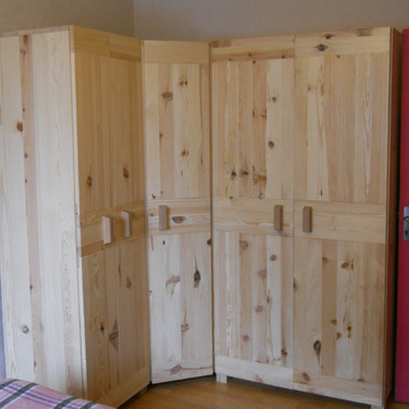 ARMOIRE D'ANGLE EN PIN MASSIF