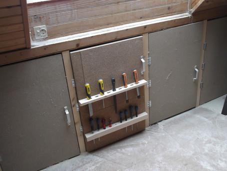 Panneaux liège avec porte-outils.