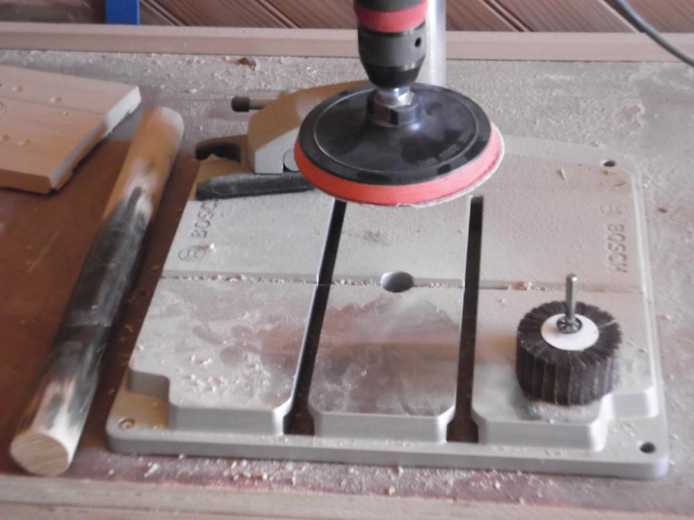 Perceuse à colonne : Ponçage avec disque abrasif.